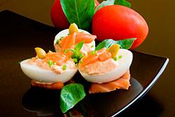 Салат из лосося с яйцами