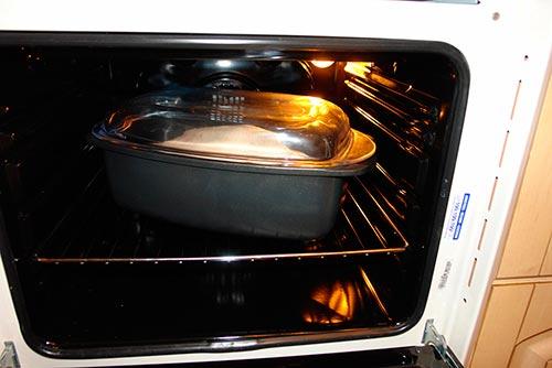 Запекать в горячей духовке при температуре 220 °С в течение часа
