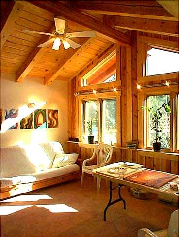 Мансарда дома: мансардный этаж, крыша, мансардные окна.