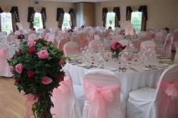 Как лучше украсить столы на свадьбу?