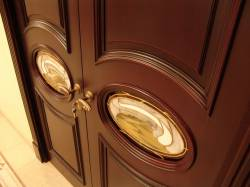 Надёжный тандем стальной конструкции и прочных замков представляют двери Элит класса