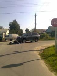 Водитель джипа не уступил дорогу мопеду.