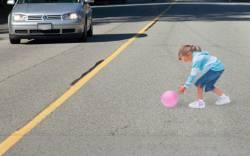 Не будьте  безразличными  к  детям,  играющим  около  дороги.