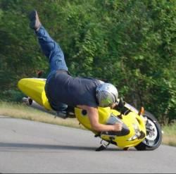 Мотоциклист защищен от удара только одеждой!